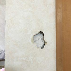 リビング壁穴補修工事