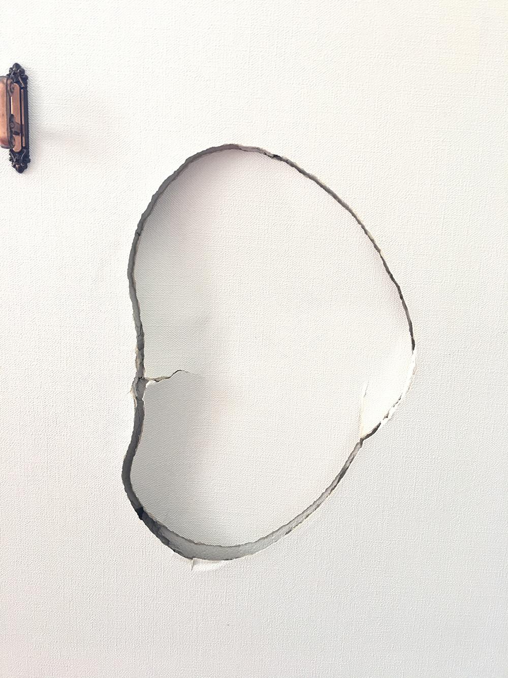 大きい壁穴